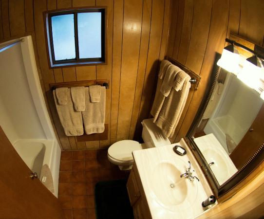 Antler Ridge Resort Cabins: 2 Bedroom Cabin bathroom