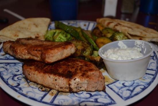 Landrum, Carolina del Sur: Pork Chops Greek style, zucchini & broccoli, pita