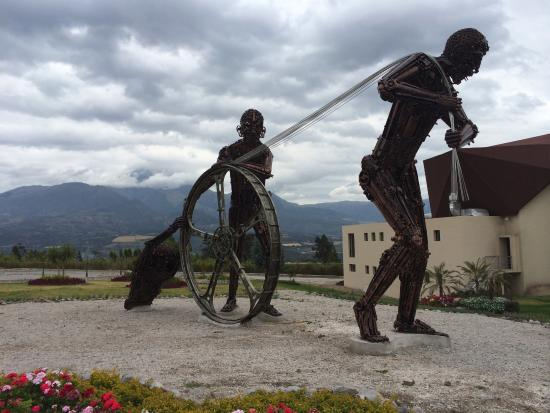 Atuntaqui, Equador: sculptures also made from factory parts