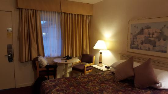 El Camino Inn: Bed and sitting area