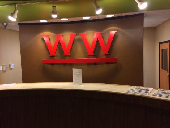 Whispering Woods Hotel & Conference Center: Front Desk