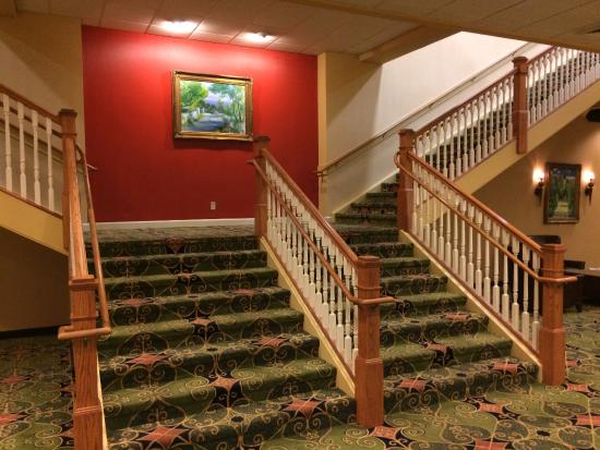 Whispering Woods Hotel & Conference Center: Center Stairs