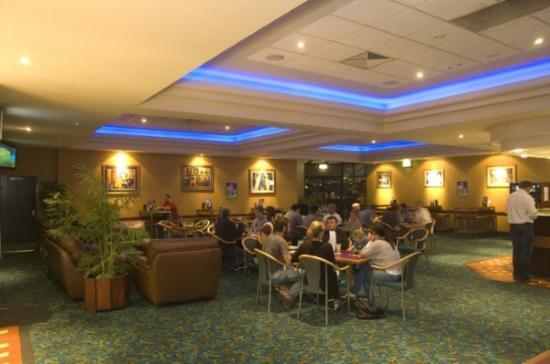 Gateway Motel : Enjoy dinner or a quiet drink in the Vineyard Hotel