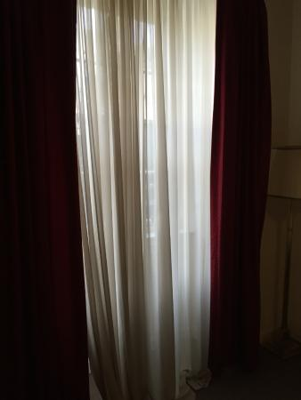 York House Hotel: Curtains dirty and did not fit