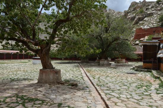 Lhatse County, Kina: Il cortile interno