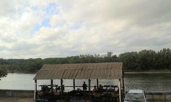 Brehemont, فرنسا: La terrasse du restaurant au bord de la Loire