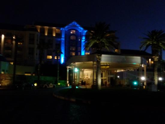 Beautiful arrival picture of the table bay hotel cape for Table bay hotel quay 6