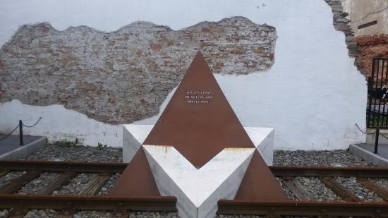 Bardejov, Slovakien: אנדרטה סימלית עם מגן דוד ופסי רכבת
