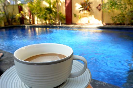 Aaliku Bungalows : Coffee by the pool