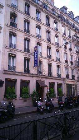 Front of hotel picture of best western jardin de cluny for Best western le jardin de cluny booking