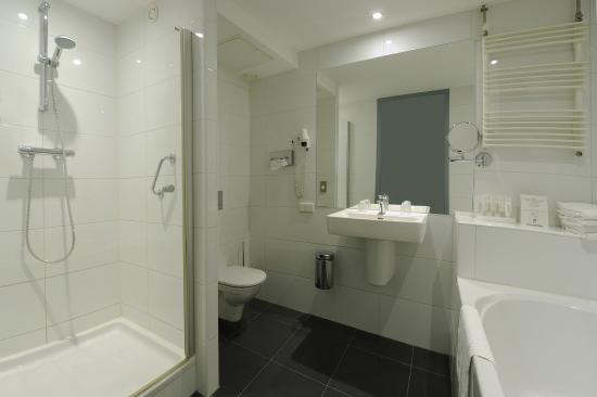 Comfort tweepersoonskamer - badkamer - Foto van Van der Valk Hotel ...
