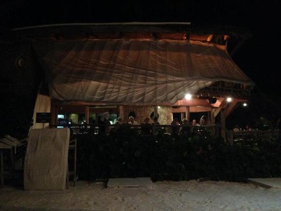 Jellyfish Beach Restaurant: Restaurant at night