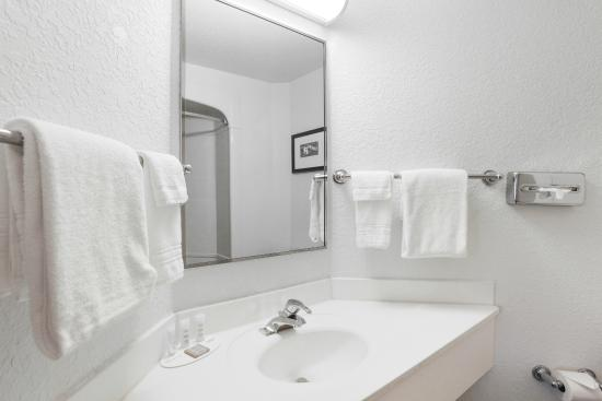 Super 8 Sault Ste. Marie: Standard Bathroom