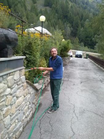 Hotel Aigle: Il gestore sorpreso mentre è addetto alla cura del giardino
