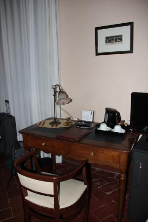 Hotel L'Antico Pozzo: Antique desk