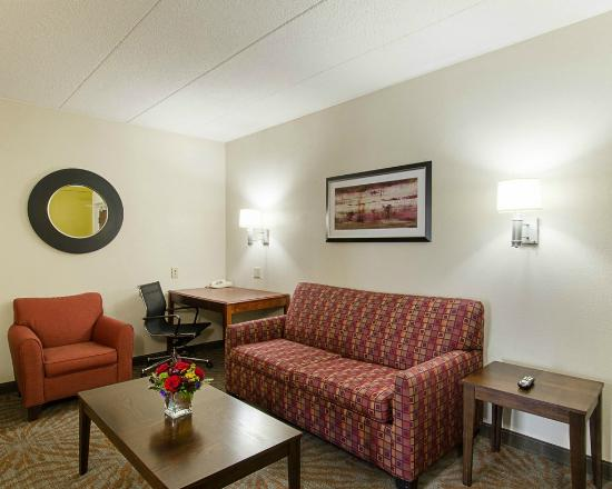 Suburban Extended Stay Hotel: Suite Living Room