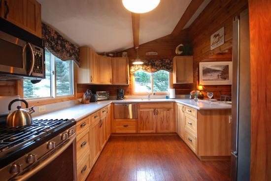 Clinton, MT: Kitchen at Sawmill Cabin