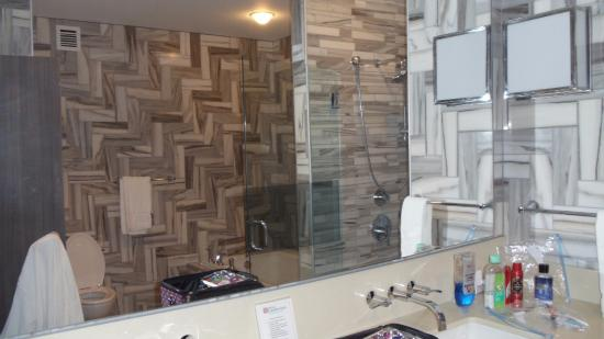 Hilton Garden Inn Sioux Falls Downtown: Presidential Suite   Master  Bathroom With Tv In Mirror
