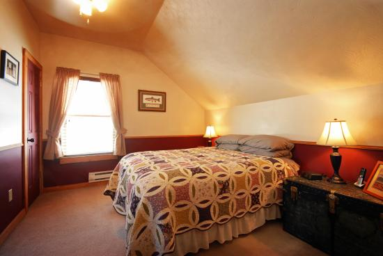 Clinton, MT: Upstairs Queen Bedroom at Golden Stone