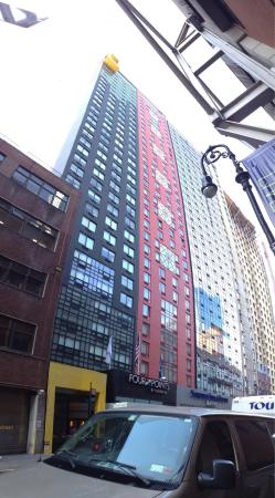 Fairfield Inn & Suites by Marriott New York Manhattan / Times Square: The hotel from the street & our room