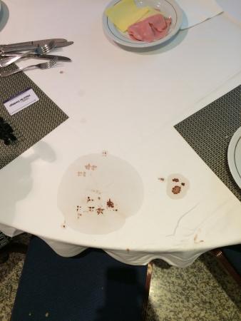 Plaza de Santiago Hotel: Depois de levantar uma base de pratos, esta era a toalha de mesa do pequeno almoço, com mancha d