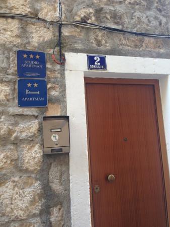 Apartments Gajeta : オートロックの共同出入口