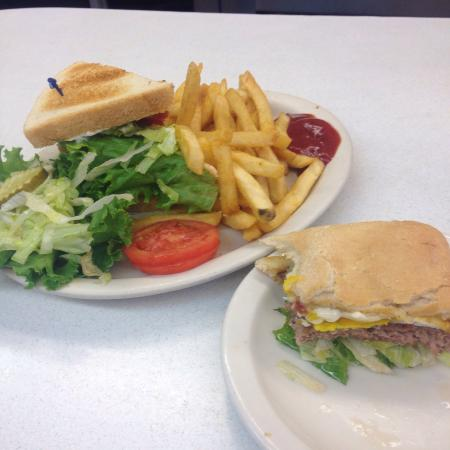 Oscar's Cafe: Wow...this was fantastic!! Food was so good! BLT and the Forman Burger followed by a piece of pi