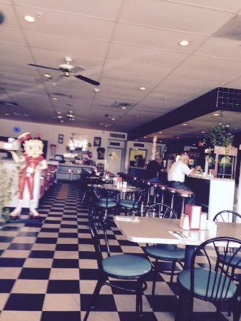 Pittsfield, MA: Themed interior of an old fashioned diner
