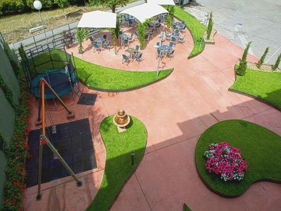 Hotel Peña Grande: Terraza y área recreativa