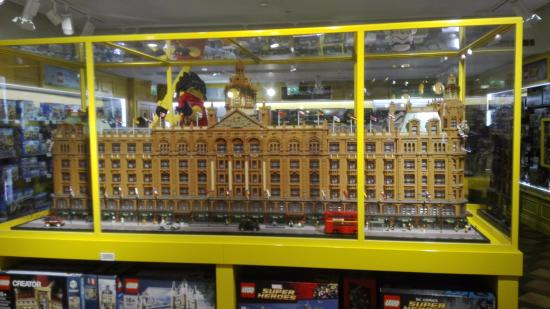 Reproduccion de harrods con piezas de lego picture of hamleys london rege - Boutique lego londres ...
