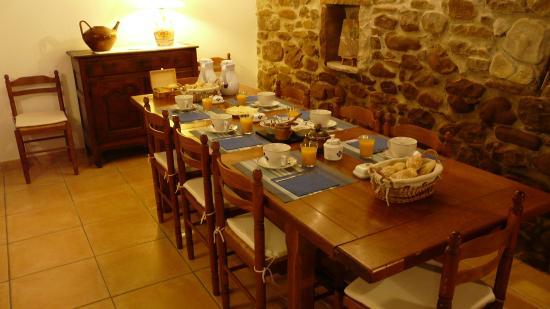 Chambres d'Hotes Ttakoinenborda a Sare: table du petit déjeuner