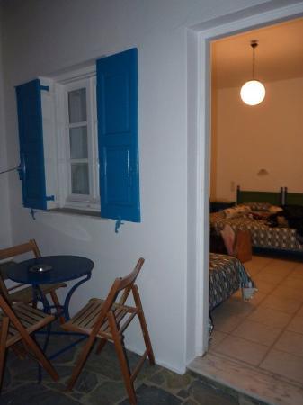 Hotel Jason: La entra de la habitación con una pequeña terraza