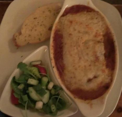 Half Moon Inn: Lasagne with garlic bread