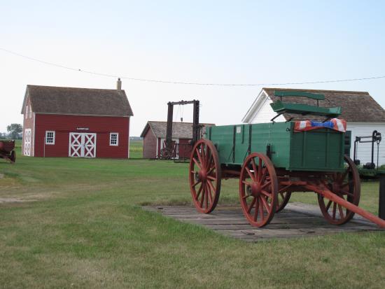 Mooreton, ND: Farm wagon & grounds