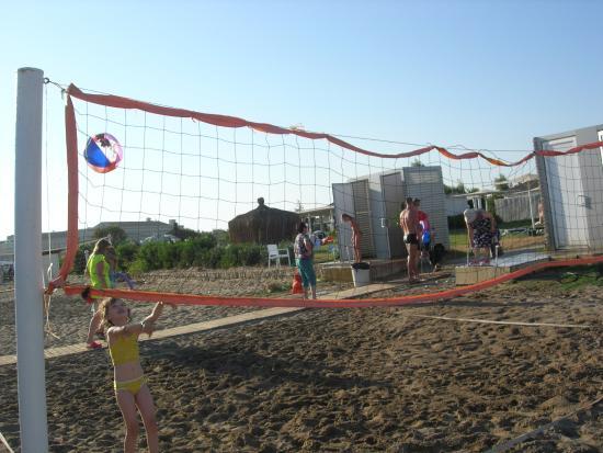 Belkon Club Hotel: Волейбольная площадка, переодевалка и пр. (на пляже)