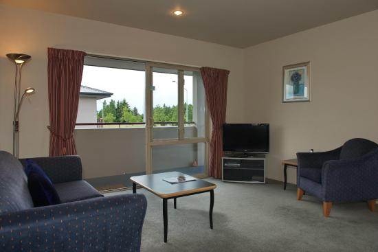 Ashburton Motor Lodge: Spacious lounge in one bedroom unit