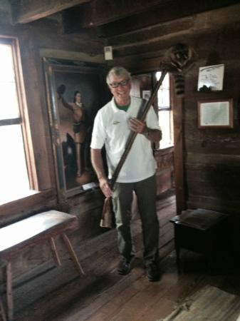 Crockett Tavern Museum: Davy Crockett fan with rifle and coon skin cap
