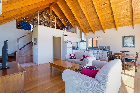 Snug Cove Villas: Lounge and kitchen
