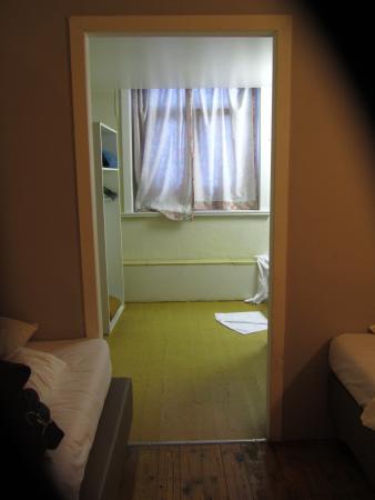 doorkijkje in de kamer, met badkamer, zo als je ziet geen deur ...