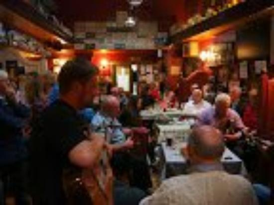 Clonbur, Irlanda: Open music session in Burke's on a Sunday evening.