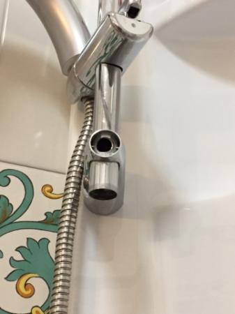 Hotel Bonadies: Sharp shower fixings.