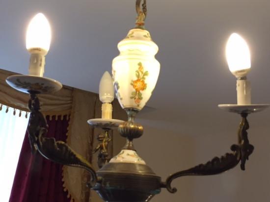 Hotel Bonadies: Wonky lights, with blown bulbs.