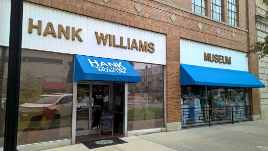 Hank Williams Museum: Outside from the sidewalk