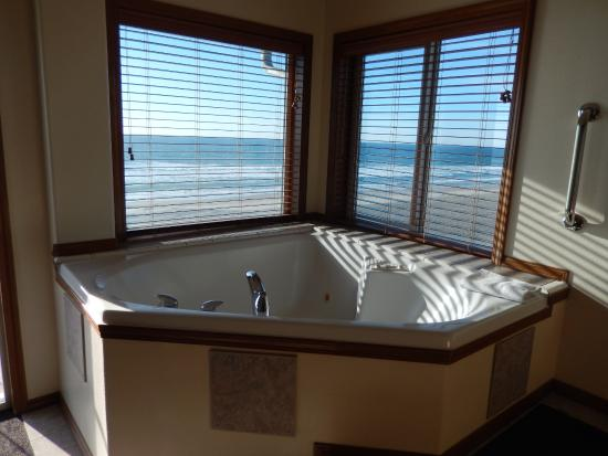 Lincoln City, Oregón: the in room hot tub and view