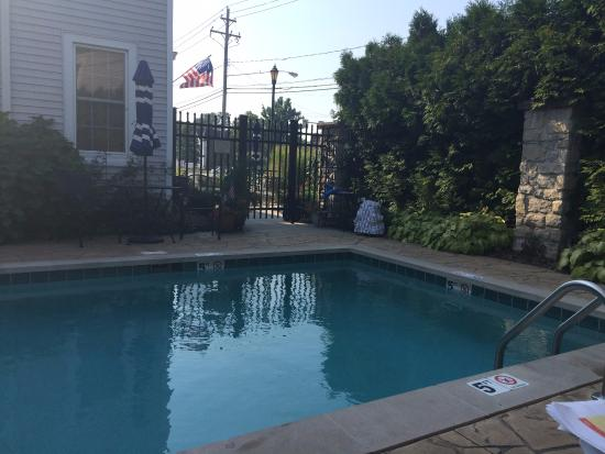 Best Western Plus Lawnfield Inn & Suites: Pool Courtyard