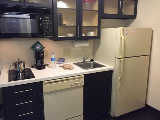 Candlewood Suites - Hampton: 3rd floor Queen with Kitchenette.