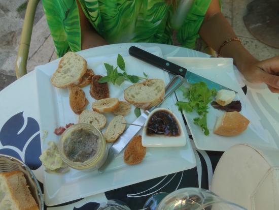 Café de la Fontaine: pâté et fromage corses