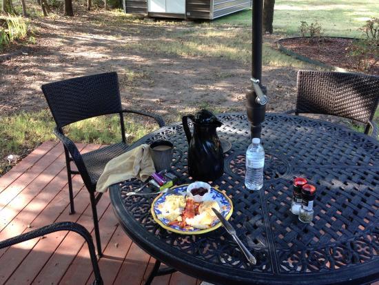 Granny Lou's B&B: Breakfast on the patio