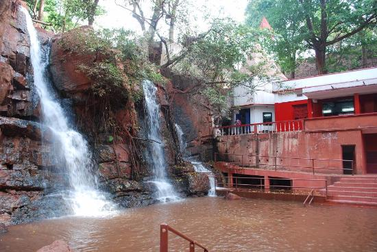 Keonjhar, Индия: The Waterfall associated with the Shrine