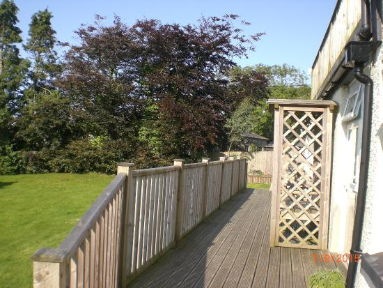Morval, UK: Decking from which the rooms are accessed